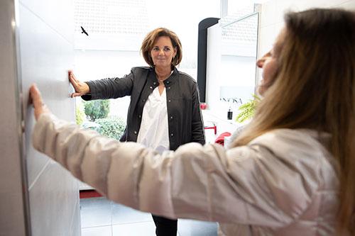 Fliesen Wöllert Meisterbetrieb | Zwei Frauen bei einem Beratungsgespräch im Ausstellungsraum Wöllert