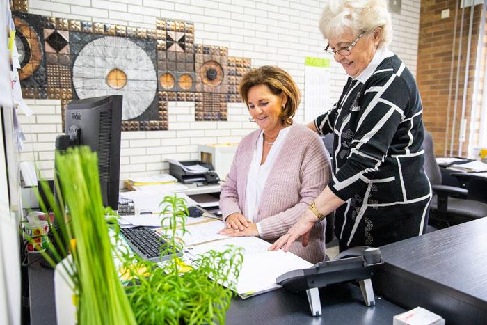 Fliesen Wöllert Meisterbetrieb | Team des Meisterbetriebs Wöllert bei der Planung von Kundenangeboten
